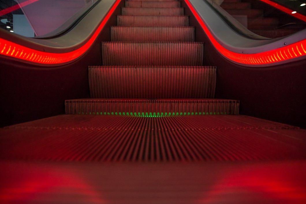 escalator-1746279_1920